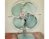 i picked up an old fan like this at a garage sale. hopefully i can display in on my shelving. lovin that vintage!