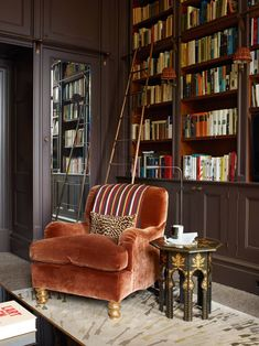 Cozy Home Library Interior Idea Modern houses are not only about living rooms, the kitchen, bedrooms, the dining space or the toilets. The most recent and hottest trends is the advent of incredible home libraries. Cozy Home Library, Home Library Design, House Design, Dream Library, Closet Library, Library Corner, Home Library Rooms, Library Chair, Beautiful Library