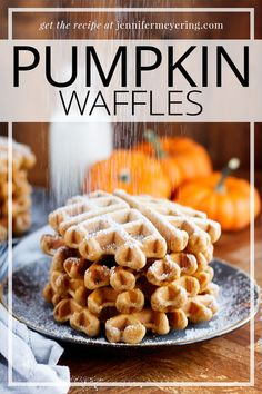 Start your morning with these fluffy and delicious pumpkin waffles that have the perfect pumpkin flavor! Top Recipes, Brunch Recipes, Breakfast Recipes, Cooking Recipes, Drink Recipes, A Food, Food And Drink, Pumpkin Waffles, Best Breakfast