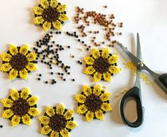 FInally a new DIY. This time i am going to show you how to make these beaded sunflower earrings. This DIY has been very requested, so here you go! You will need a bit of patience but i think everyone kan learn it. Beaded Earrings Native, Beaded Earrings Patterns, Bead Earrings, Beaded Jewelry, Beaded Necklaces, Native Beadwork, Diy Bead Embroidery, Embroidery Bracelets, Beaded Flowers Patterns