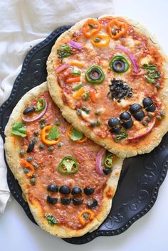 Want a fun way to celebrate this Halloween in an allergen friendly way? What about Day of the Dead Skull Pizzas? Your kids will flip! Fete Halloween, Halloween Treats, Vintage Halloween, Halloween Makeup, Vintage Witch, Halloween Costumes, Halloween Stuff, Halloween Pizza, Teacher Costumes