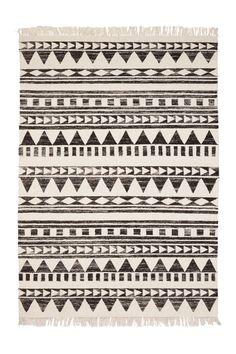 Ivoor kleurig kleed met houtskoolkleurige, etnische patronen en franjes. #nature #home