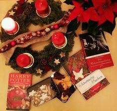 Weihnachten ist nicht vorbei! Bei mir gibt es noch Lesetipps für Bücherwürmer, die die festliche Zeit noch verlängern möchten. Ob das Lieblingsbuch oder ganz klassische Weihnachtslektüre – gemütliche Abende sind hiermit garantiert. Und Süßigkeiten habt ihr doch bestimmt alle noch übrig ;-)