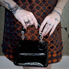 bolsa Dior, (braço direito) pulseiras e anel de rubi Epiphanie, aliança diamantes negros Lica Vicenzi, (braço esquerdo) pulseiras riviera de diamantes H.Stern e Sara Joias.
