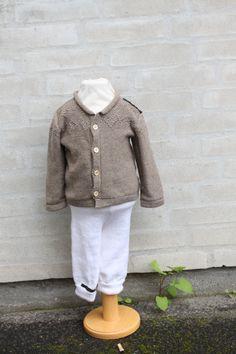 Baby cardigan str 1 år Fremstillet i ren uld, lækker til sommer som en lille ting der varmer barnet, når det er køligt
