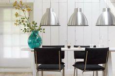 KARWEI | Drie dezelfde hanglampen boven de eettafel springen direct in het oog #wooninspiratie #verlichting #karwei