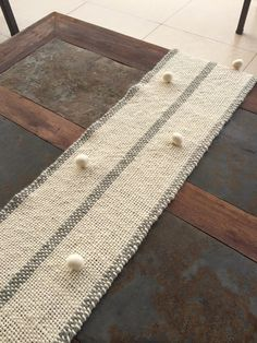 Camino de mesa Snowflake Embroidery, Silk Ribbon Embroidery, Loom Weaving, Hand Weaving, Diy And Crafts, Arts And Crafts, Creative Textiles, Creative Embroidery, Rug Runner