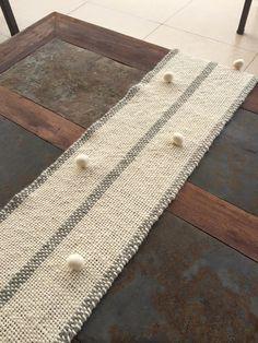 Camino de mesa Snowflake Embroidery, Silk Ribbon Embroidery, Diy And Crafts, Arts And Crafts, Creative Textiles, Creative Embroidery, Rug Hooking, Rug Runner, Hand Weaving