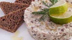 Классический форшмакю Классический форшмак — одно из самых известных и популярных блюд еврейской кухни, наряду со знаменитой гефилте фиш — фаршированной рыбой.  Это именно тот случай, когда из дешевых и элементарных продуктов путем некоторых несложных манипуляций получается практически деликатес для праздничного стола под рюмочку водочки. Но форшмак так прост в исполнении и является настолько бюджетным, что совершенно не надо ждать особого случая, чтобы его приготовить.