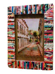 Porta portrait of recycled paper rolls Recycled Paper Crafts, Straw Crafts, Newspaper Crafts, Upcycled Crafts, Handmade Crafts, Frame Crafts, Crafts For Kids To Make, Funky Mirrors, Paper Picture Frames