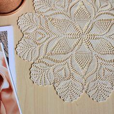 No photo description available. Free Crochet Doily Patterns, Crochet Mandala, Filet Crochet, Crochet Motif, Crochet Stitches, Lace Doilies, Crochet Doilies, Crochet Lace, Hand Crochet