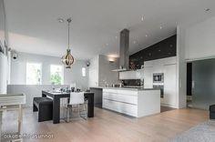 Yksinkertaista ja selkeää. Textured Walls, Interior Styling, Bathrooms, Kitchens, Table, Furniture, Home Decor, Interior Decorating, Decoration Home