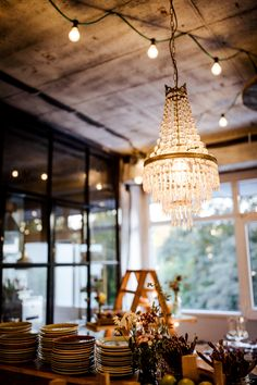 Industrial-Style trifft auf Wiesenblume | | Backlinse Wedding Ceremony, Modern, Chandelier, Industrial, Ceiling Lights, Lighting, Inspiration, Home Decor, Profile