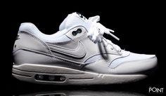 Zapatillas Nike Air Max 1 Essential Blanco Negro, la marca de #zapatillasNike vuelve en esta #colecciónOtoñoInvierno2016 con uno de sus modelos iconicos, el modelo de #zapatillasNikeAirMax1 llega de nuevo esta vez en un colorway blanco total con los bordados del talón en negro, a juego con la etiquetas de laslengüetas,visita nuestra #tiendaonlinedezapatillas #ThePoint y hazte con ellas, o bien clica aquí…