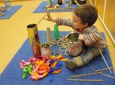 ¿QUÉ ES? El juego heurístico es un tipo de juego en el cual los niños interactúan con los diferentes tipos de material del que dispo... Sensory Activities, Kindergarten Activities, Infant Activities, Sensory Play, Preschool, Reggio Emilia, Heuristic Play, Experiment, Baby Learning