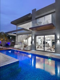 Pool with shimmering mosaic tile! Modern Architecture House, Beautiful Architecture, Foyers, Perth, Bali, Kb Homes, Backyard Pool Designs, Luxury Estate, Home Upgrades