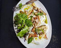 Diese vegetarische Vorspeise ist einfach zum Niederknien. Die würzigen Pilze sind gebettet auf dem cremigen Burrata und bekommen ein spritziges Zitronendressing.