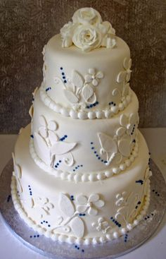 This cake is so pretty! The royal blue details make the cake look so unique and different! #wedding #cake #blue #white