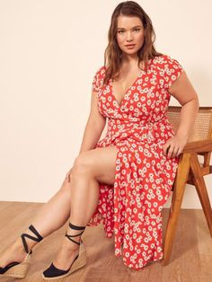 This is a midi length, wrap dress with a high slit, a v neckline and cap sleeve. The Extended Sizes Carina is fitted throughout the bodice with an easy fitting skirt. Plus Size Tips, Looks Plus Size, Curvy Fashion, Plus Size Fashion, Girl Fashion, Petite Fashion, Steampunk Fashion, Gothic Fashion, Womens Fashion