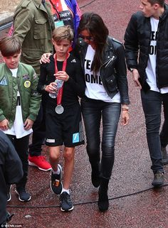 Team Romeo! David and Victoria Beckham congratulate their son... after he completes the children's race at the London Marathon | Daily Mail Online