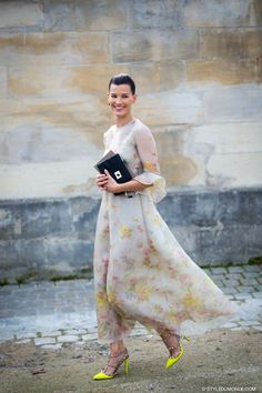 Hanneli Mustaparta in Paris in Valentino Street Look, Street Chic, Street Style, Look Casual, Casual Chic, Vestidos Chiffon, Estilo Cool, Looks Chic, Style And Grace
