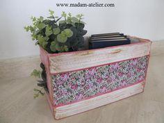 caixa de papelão decorativa com rolinho de jornal, tecido e pintura