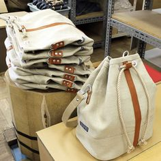 Canvas bag with lether strip: // Pinned by Ellen Rus. My Bags, Purses And Bags, Linen Bag, Denim Bag, Fabric Bags, Cloth Bags, Handmade Bags, Backpack Bags, Fashion Bags