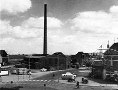 Winschoten: Oldambtplein, steenfabriek Strating en rechts rijwielzaak Jaq. Sulter. (1961)