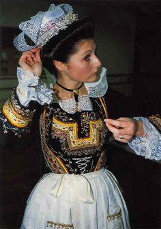 Pays de l'Aven, début XXe siècle #finistere #costume #coiffe