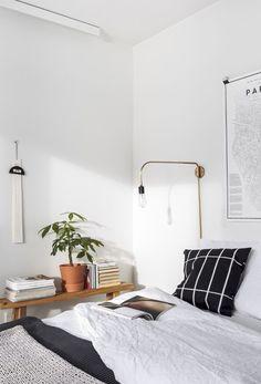 Schlafzimmer mit einem Marimekko Kopfkissen | #connox #beunique (plant decor bedroom)
