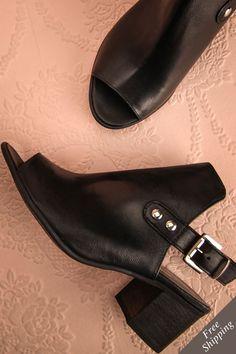 Elle troqua ses ballerines pour de jolis bottillons à talons pour son rendez-vous galant. Black leather slingback, peep-toe shoes www.1861.ca For her romantic date, she swapped her ballerinas for lovely high heeled booties.