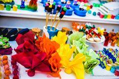 Muitas cores para uma festa Aquarela. Decoração e planejamento Melaine Marra; Personalizados, centros de mesa e lembrancinhas: Inhá Festas; ...