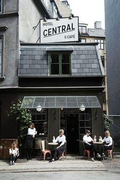 Avec ses immeubles colorés, ses boutiques design, sa cuisine nordique ultra inventive, ses galeries d'art à foison… Copenhague initie aux joies de l'art de vivre scandinave. Un mode de vie inspirant qui aime le bio et les ambiances comfy.  Situé en plus à deux heures en avion de Paris, la ville a tous les arguments pour nous attirer le temps d'un long week-end. L'occasion pour Vogue.fr de dévoiler sa to-do-list dans la capitale danoise.