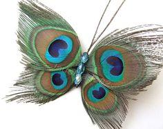 Pinza de pelo de mariposa de plumas de pavo real Hecho a mano con 4 pequeñas plumas de pavo real natural ligeramente recortado y cuentas de cristal azul 4 teal. Puede ser usado de muchas maneras diferentes en el pelo o recortada en lo que desea. Medidas aprox. 4,25 pulgadas de alto por 5 pulgadas de ancho y se ajusta firmemente en el pelo con una pinza de 1 pulgada. La mariposa en la foto es la real que recibirá. Más pavo real plumas accesorios para el cabello disponibles en mi tienda…