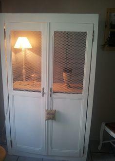 armoire deux portes blanche et grise avec grillage à poules