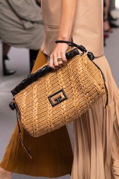 Givenchy Spring 2020 Fashion Show Details. All the fashion runway close-up details, shoes, and handbags from the Givenchy Spring 2020 Fashion Show Details. Cute Purses, Purses And Bags, Fashion Bags, Fashion Show, Fashion Trends, Fashion Fashion, Runway Fashion, Sneaker High, Fashion Handbags