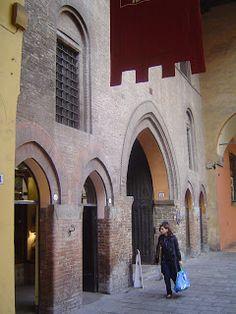 Corte Isolani, entrata da Strada Maggiore