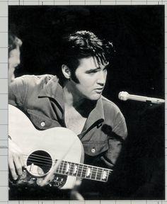 Hoy habría cumplido un año más Elvis Presley, el Rey del Rock 'n Roll. ¿Por qué no recordarlo escuchando alguna de sus canciones?