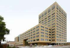Op het industriële Tour & Taxis terrein net ten noorden van de Brusselse binnenstad heeft Neutelings Riedijk Architecten een maar liefst 65.000 vierkante meter groot kantoorgebouw ontworpen voor de Vlaamse overheid.