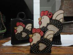 Kit de porta talher, porta papel rolo de papel, e porta guardanapo, todos em galinha de angôla em pintura country.