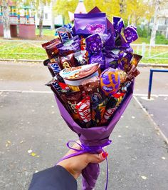 Learn how to make romantic Valentines gifts for your husband that he'll absolutely love - candy bouquets! You can buy all the supplies you need at your local dollar store for these awesome presents Chocolate Milka, Chocolate Gifts, Chocolate Lovers, Chocolate Baskets, Candy Gift Baskets, Themed Gift Baskets, Raffle Baskets, Candy Bouquet Diy, Diy Bouquet