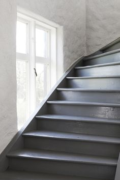 27 Painted Staircase Ideas Which Make Your Stairs Look New Tags: painted staircase, painted plywood stairs, painted stairs black, painted stairs ideas pictures Piano Stairs, Tile Stairs, Basement Stairs, House Stairs, Painted Staircases, Painted Stairs, Painted Floors, Grey Hallway, Houses