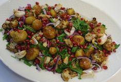 Indisk kartoffelsalat med knald på farver og smag fra bagte hvidløg, krydret blomkål, saftige granatæblekerner og skøn saltet citron.