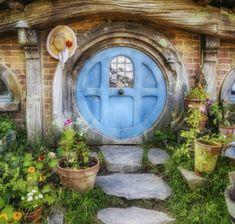 gartenhaus-selber-bauen-holzhaus-runde-tür-hobbithaus