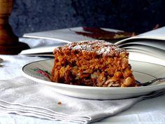 É um bolo húmido e aromático, simples. Deixa um aroma incrível na cozinha enquanto coze no forno