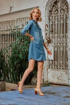 Vestido camisero en denim, proceso medio y botoneria en madera. Aprovecha para usar complementos llamativos, como unos maxiaretes, bolsos grandes o sandalias de colores. Shirt Dress, Shirts, Dresses, Fashion, Large Handbags, Shirtdress, Shoes Sandals, Over Knee Socks, Wood
