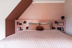 DIY: Zelf een hoofdbord met opbergruimte maken - Eigen Huis en Tuin Home Bedroom, Master Bedroom, Bedroom Decor, Bedrooms, Sweet Dreams, New Homes, Home And Garden, Groot Bed, Attic Ideas