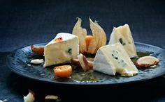 Skimmelost med dadler i orangesirup Ananaskirsebærrene er dejligt syrlige til den søde sirup og den cremede ost.