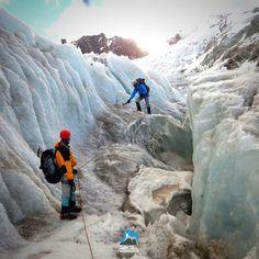 Antonio Amaral e Fabio Brito treinando trânsito glaciário - Durante o Curso de Gelo em 2015 quer saber mais sobre o Curso de Gelo? >>> Curso de alta-montanha no Huayna Potosi  13 dias Data: 19/07/2016 a 31/07/2016 #AltaMontanha #GentedeMontanha #ProntoparaAventura #Alpinism #montanhismo #mountain #CursodeGelo ##iceclimbing #Bolivia #Huayna Potosi
