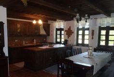 Vrei o casă tradițională ca a lui Doru Munteanu? Uite că-ți dă lista lui cu meșteri | Adela Pârvu - Interior design blogger Traditional House, Old And New, Romania, House Design, Kitchen, Table, Furniture, Folk, Houses
